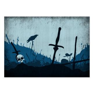 Cementerio con los cráneos y los cuervos tarjetas de visita grandes
