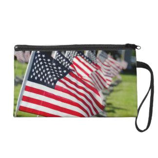 Cementerio militar histórico con las banderas de