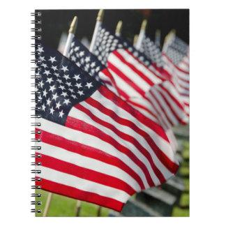 Cementerio militar histórico con las banderas de cuaderno