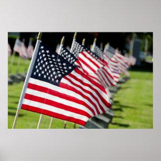 Cementerio militar histórico con las banderas de poster