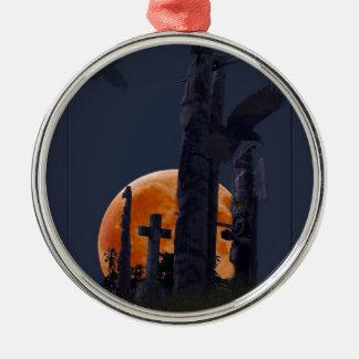 Cementerio místico del cuervo, de la luna y del adorno navideño redondo de metal
