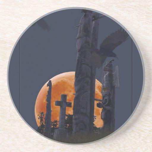 Cementerio místico del cuervo, de la luna y del gó posavasos personalizados
