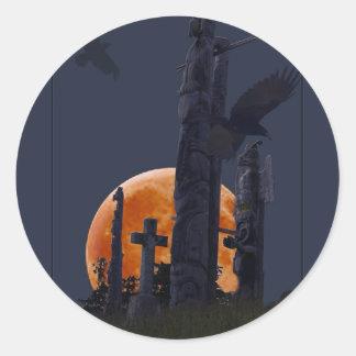 Cementerio místico del cuervo, de la luna y del pegatina redonda