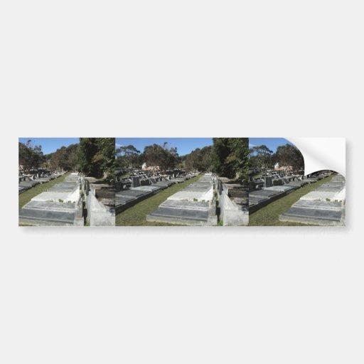 Cementerio por completo de sepulcros etiqueta de parachoque
