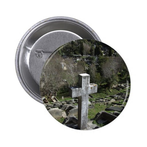 Cementerio por completo de sepulcros en la montaña pin redondo 5 cm