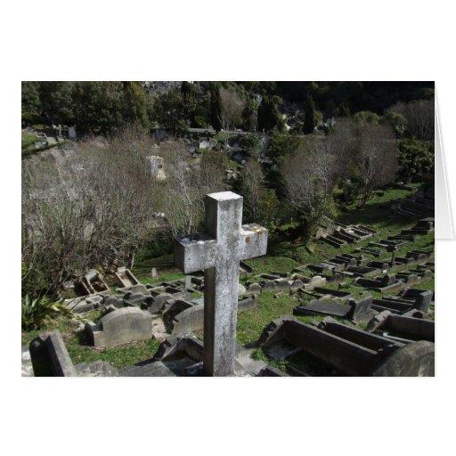 Cementerio por completo de sepulcros en la montaña tarjeta de felicitación