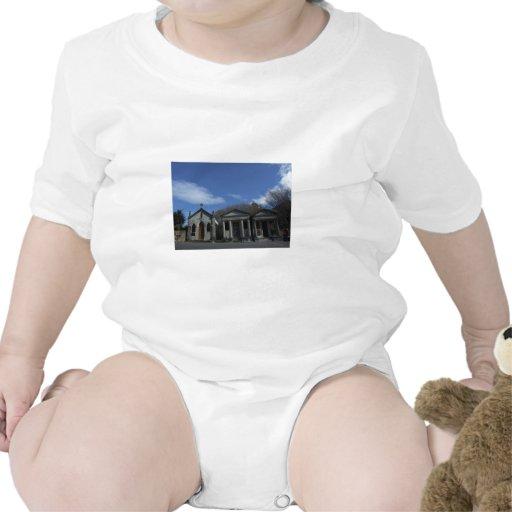 Cementerio por completo de sepulcros traje de bebé
