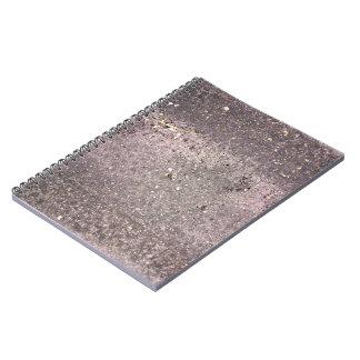 Cemento mojado con la arena y los guijarros mojado libro de apuntes