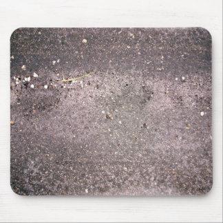 Cemento mojado con la arena y los guijarros mojado alfombrilla de raton