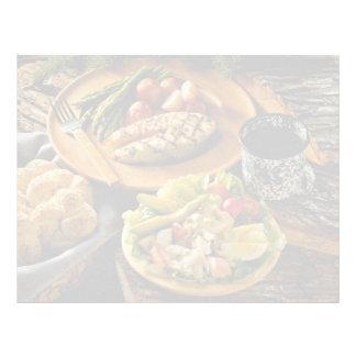 Cena de color salmón deliciosa con la ensalada de  membrete a diseño