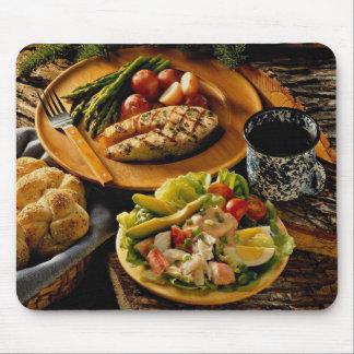Cena de color salmón deliciosa con la ensalada de  tapetes de ratón