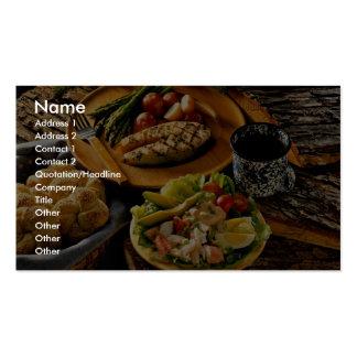 Cena de color salmón deliciosa con la ensalada de  tarjeta de visita