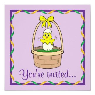 """Cena de Pascua con el polluelo en una cesta Invitación 5.25"""" X 5.25"""""""