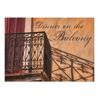 Cena del verano en el estilo del francés del balcó