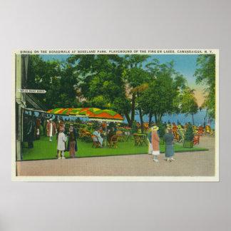 Cena en el paseo marítimo en la escena del parque  póster