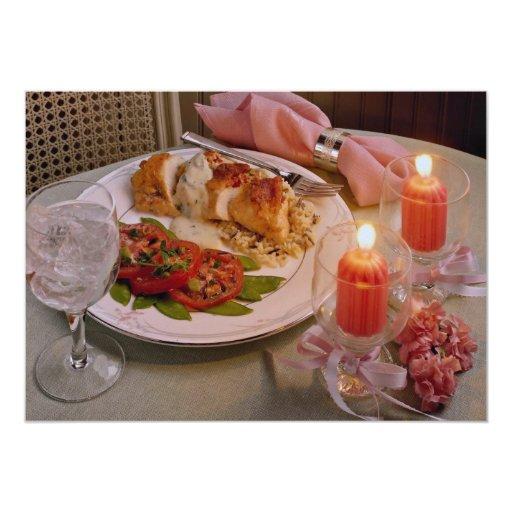 Cena romántica deliciosa de la luz de una vela comunicados
