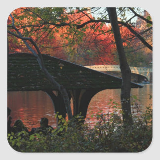 Central Park: Conversación a través del puente del Pegatina Cuadrada