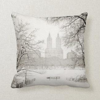 Central Park - nieve hermosa del invierno Cojines