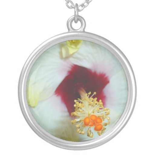Centro amarillo del rojo del hibisco w colgante redondo