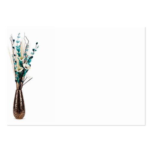 Centro de flores elegante alto en un aislante del  tarjetas de visita