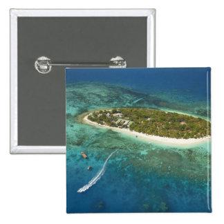 Centro turístico isleño y barco, Fiji del tesoro Pin