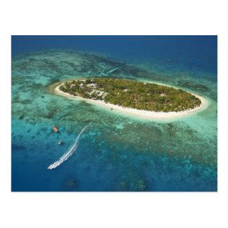 Centro turístico isleño y barco, Fiji del tesoro Tarjeta Postal