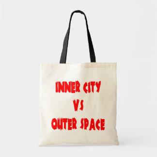 Centro urbano contra espacio exterior bolsa de mano