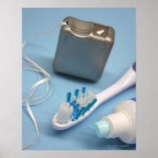 Cepillo de dientes, crema dental y seda posters