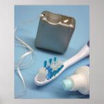 Cepillo de dientes, crema dental y seda póster