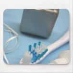 Cepillo de dientes, crema dental y seda tapete de ratones