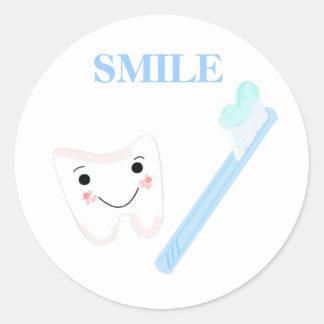 Cepillo de dientes y diente del smiley pegatina redonda