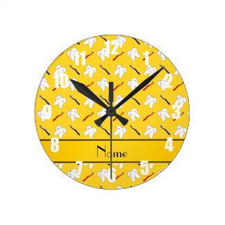 Cepillos del amarillo y modelo conocidos reloj de pared