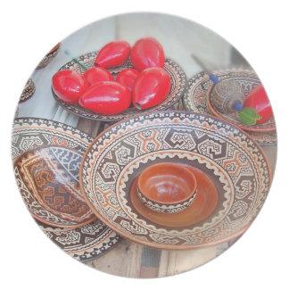 Cerámica colorida en un artesano justo plato para fiesta