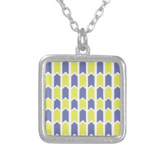 Cerca azul y amarilla del panel collar plateado