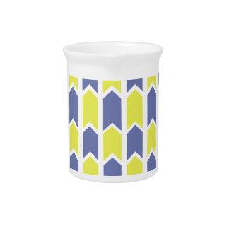 Cerca azul y amarilla del panel jarras