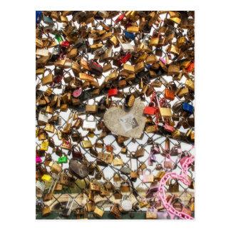 Cerca con los candados de la fotografía del amor tarjeta postal