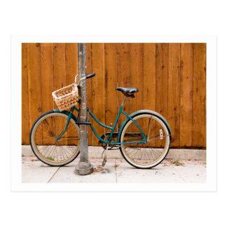 Cerca de ciclo que monta en bicicleta del ciclo de postal