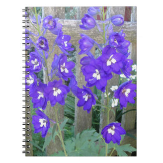 Cerca de la flor del Delphinium Spiral Notebook
