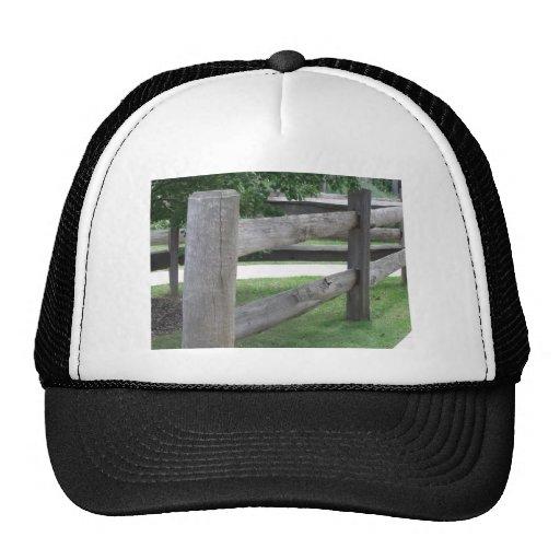 Cerca de la granja gorras