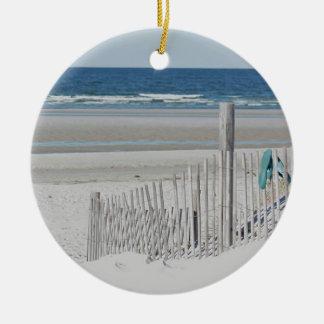 Cerca de la playa adorno navideño redondo de cerámica