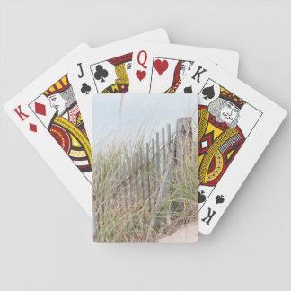 Cerca de la playa en la duna de arena barajas de cartas