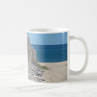 Cerca de la playa y playa arenosa taza clásica