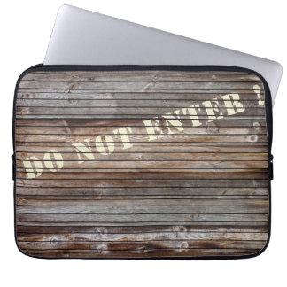 Cerca de madera con la advertencia manga portátil