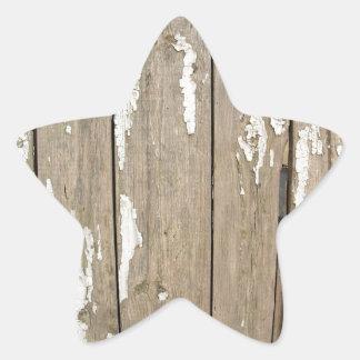 Cerca de madera vieja con la pintura exfoliated pegatina en forma de estrella