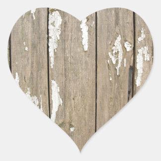 Cerca de madera vieja con la pintura exfoliated pegatina en forma de corazón