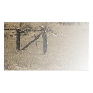 cerca de madera vieja por un campo o un pasto tarjetas de visita