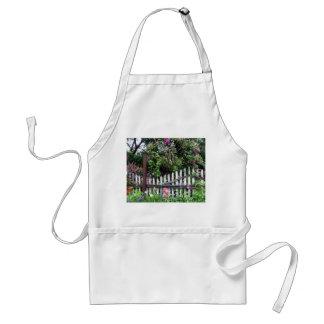 Cerca pintada moda lamentable del jardín delantal