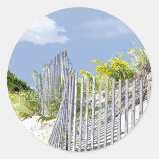 Cerca y duna de la playa pegatina redonda
