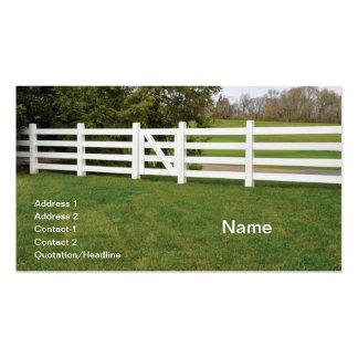 cerca y puerta de madera blancas del poste tarjetas de visita