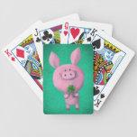 Cerdo afortunado con el trébol afortunado de baraja de cartas bicycle